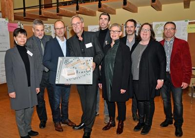 ©  - Die stimmberechtigten Mitglieder des Preisgerichts präsentieren das Siegermodell des Büros ELING architekten. Foto: Stadt Lippstadt