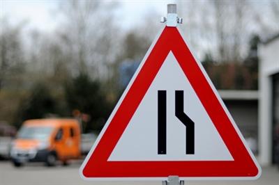 Verkehrszeichen 121- 10 - einseitig (rechts) verengte Fahrbahn