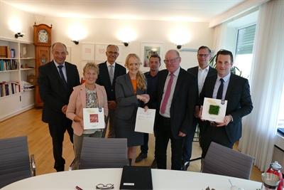 ©  - Verträge für den Kunstrasenplatz in Weske unterzeichnet