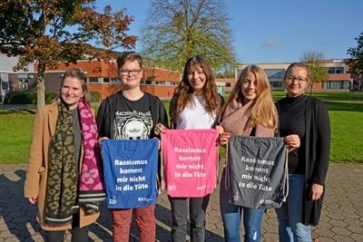 Schülerinnen zeigen Flagge