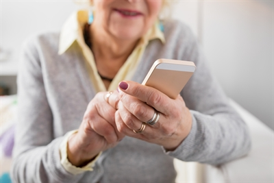 Smartphone Seniorin Stockfoto