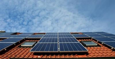 Immer mehr Hauseigentümerinnen und Hauseigentümer in Deutschland installieren Solarthermieanlagen.  Foto: ALTBAUNEU