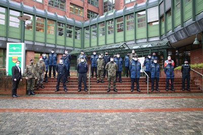 Landrat Dr. Kai Zwicker (vo. li.) begrüßte im Januar eine Gruppe der Bundeswehrkräfte am Borkener Kreishaus.