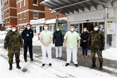 Bundeswehrsoldaten unterstützen die Abstrichteams in den Pflegeheimen
