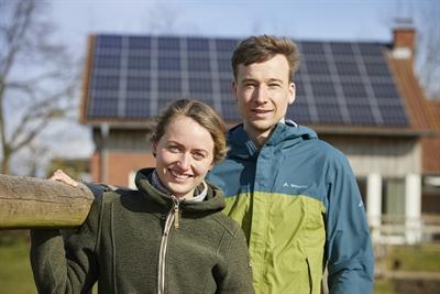 Sophie und Sebastian aus Dülmen setzen auf Photovoltaik auf dem Dach. Paar vor Haus mit Photovoltaik © Münsterland e.V./Philipp Fölting