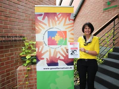 """Das Jubiläumsprogramm 2021 """"20 Jahre Runder Tisch GewAlternativen im Kreis Borken"""" wurde nun veröffentlicht. Die Gleichstellungsbeauftragte des Kreises Borken, Irmgard Paßerschroer, die gleichzeitig Geschäftsführerin des Runden Tisches ist, stellte das Programm nun vor."""