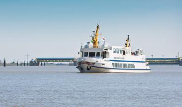 """©  - Das Fährschiff """"MS Dollard"""" vor dem Emssperrwerk"""