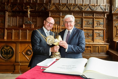 Goldenes Buch und Goldener Hahn