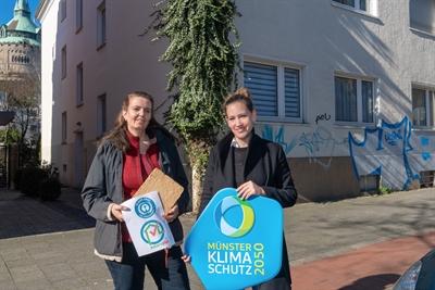 Silke Puteanus (links) und Nadine Somberg bei Baustellen-Führungen im Geistviertel