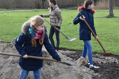 """©  - Im """"Grünen Winkel"""" bereiten die Schüler die Wildblumenwiese vor. Foto: Stadt Lippstadt"""