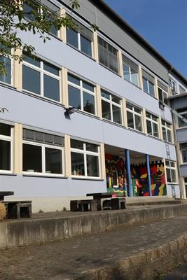 ©  - Die Förderschule des Märkischen Kreises in Altena heißt nach den Sommerferien Hundertwasser-Schule. Foto: Ulla Erkens/Märkischer Kreis