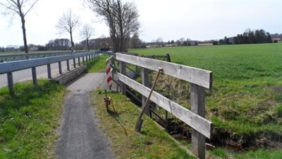 ©  - Der Weg über die Brücke am Essingholtbach in Rhede-Büngern ist derzeit 1,30 Meter breit. Dieser wird im Rahmen des Radweg-Neubaus an der Kreisstraße K 60 auf 2,50 Meter verbreitert.