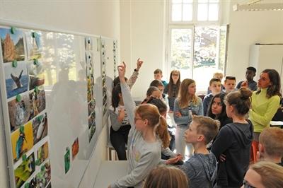 ©  - Umweltwissenschaftlerin Dr. Lisa Heider (re) nahm die Schülerinnen und Schüler mit auf eine Reise in die Biomimetik - Foto: Bruno Wansing, Stadt Bocholt