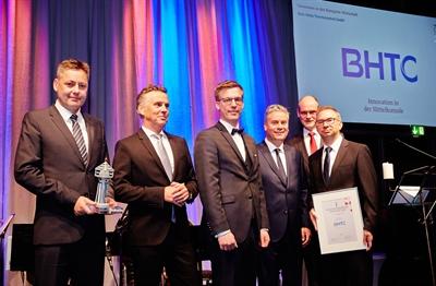© WFL GmbH - Kategorie Wirtschaft: Behr-Hella Thermocontrol GmbH: Geschäftsführer Thomas Schulte (2 v.l.) und sein Team nahmen die Auszeichnung von Bürgermeister Christof Sommer (2.v.r.) und Dr. Dirk Drenk, (3 v.r.), Geschäftsführer der Wirtschaftsförderung Lippstadt GmbH entgegen.