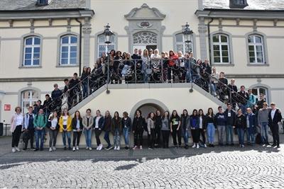 © Stadt Lippstadt - 60 Schüler aus drei Nationen besuchen die stellvertretende Bürgermeisterin Sabine Pfeffer im Rathaus. Foto: Stadt Lippstadt