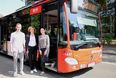 ©  - Dr. Elisabeth Schwenzow, Verkehrsdezernentin des Kreises Borken, (Mitte) sowie Monja Bembenek und Luis Kersting, beide Auszubildende der Kreisverwaltung Borken, weisen auf das AzubiAbo Westfalen hin.