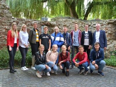 ©  - Im Artikel aufgeführte Vertreterinnen und Vertreter der Stadt Vreden sowie eine Schülergruppe der Sekundarschule mit ihrer Betreuerin.