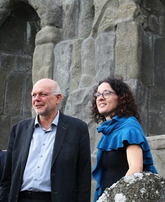 Angela Dorn, Hess. Ministerin für Wissenschaft und Kunst, und Kassels Stadtbaurat Christof Nolda blicken vom Herkulesmonument auf die Wilhelmshöher Allee
