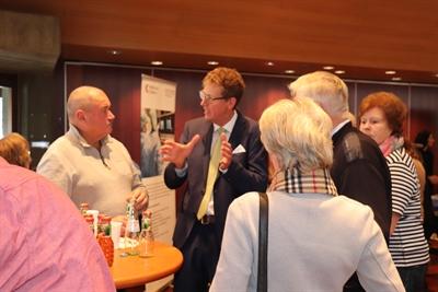©  - Prof. Zarse im Gespräch mit mehreren Teilnehmern