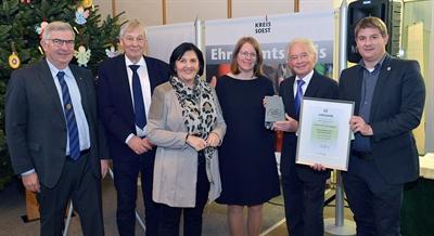 © Thomas Weinstock/ Kreis Soest - Landrätin Eva Irrgang (3. v. l.) überreichte den Ehrenamtspreis 2019 des Kreises Soest an den Kinder-Kultur-Klub Papageno aus Geseke. Den Preis entgegen nahmen Anja Schwarzer (3. v. r.) und Peter Plonka (2. v. r.). Den Glückwünschen schlossen sich stellvertretender Landrat Dr. Günter Fiedler (2. v. l.), Bürgermeister Dr. Remco van der Velden (r.) und Hans Peter Angenendt, (l.), Präsident Rotary-Club Erwitte-Hellweg, an. Foto: Thomas Weinstock/ Kreis Soest