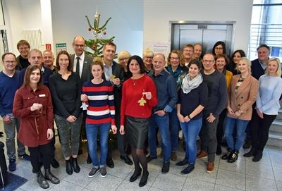 © Stadt Lippstadt - Gemeinsam mit Bürgermeister Christof Sommer (7.v.l) und Ideengeberin Sabine Pfeffer (Mitte) gaben die Organisatoren und Unterstützer den Startschuss für die Weihnachtswunschbaumaktion 2019. Über 700 Wünsche können die Lippstädter in diesem Jahr erfüllen. Foto: Stadt Lippstadt