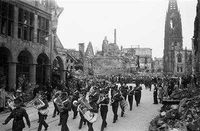 Militärorchester in der zerstörten Innenstadt