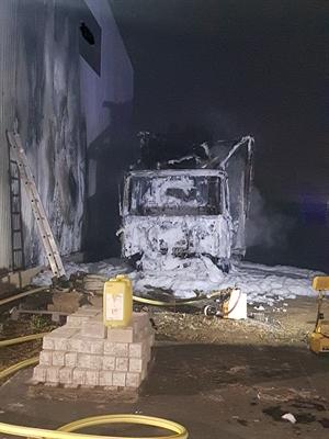 © Feuerwehr Hemer - Das Fahrerhaus brannte komplett aus.