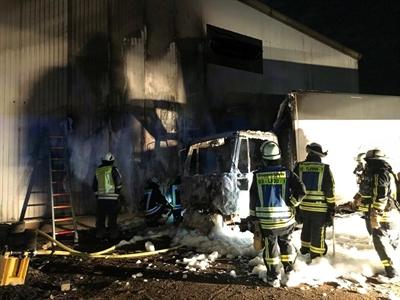 © Feuerwehr Hemer - Der LKW brannte direkt an der Gebäudewand.