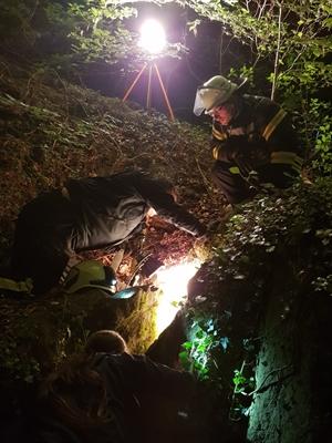 © Feuerwehr Hemer - Die Hündin fiel in eine schmale Felsspalte.