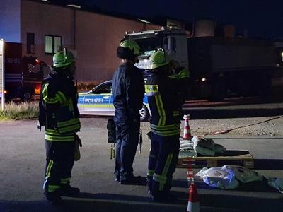 © Feuerwehr Hemer - Aus sicherer Entfernung beobachtet die EInsatzkräfte die Maßnahmen.