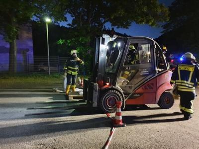 © Feuerwehr Hemer - Ein Gabelstabler schaffte Platz um an den Behälter zu kommen.