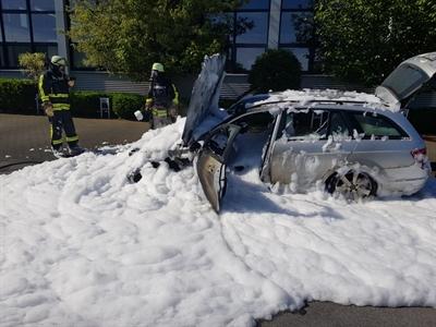 © Feuerwehr Hemer - Mit einem massiven Schaumangriff löschte die Wehr den brennenden PKW.