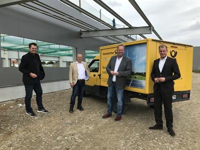 ©  - Die Stadt Cuxhaven (vertreten durch Baudezernent Martin Adamski (l.) und Oberbürgermeister Uwe Santjer (2.v.r.)) freut sich über die langfristige Bindung der Deutschen Post DHL Group in Cuxhaven. Foto: Stadt Cuxhaven