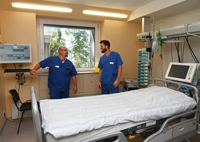 ©  - Bildinfo: Seit 25 Jahren auf gemeinsamen Wegen unterwegs und ein Team auch auf der Intensivstation der Klinik am Park (Bild): Der Chefarzt für Anästhesiologie Dr. Rafael Pulina (l.) und der Chefarzt für Allgemein- und Viszeralchirurgie Dr. Björn Schmitz.