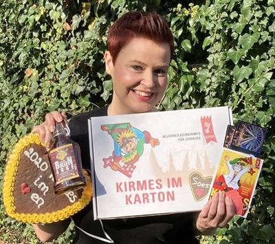 © Wirtschaft und Marketing Soest GmbH - Wirtschaft und Marketing Soest (hier im Bild Kristina Reinke) will Kirmes-Feeling nach Hause bringen und packt liebgewonnene Traditionen rund um die Allerheiligenkirmes in handliche Kartons.