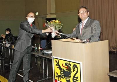 ©  - CDU-Kreistagsabgeordneter Ralf Schwarzkopf (links) ist jetzt offiziell 1. Stellvertretender Landrat. Landrat Marco Voge gratuliert. Foto: Alexander Bange/Märkischer Kreis