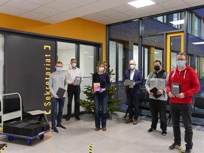 ©  - 2020_12_18 v.l.n.r Niklas Mört (Schul IT Stadt Ahaus), Reinhold Benning (Fachbereichsleiter), Margot Brügger (Gesamtschuldirektorin), Werner Leuker (Beigeordneter), Marius Eink und Niklas Terglane (beide Schul IT Stadt Ahaus)