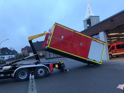"""©  - Das neue Wechselladerfahrzeug und der """"V-Dekon""""-Container wurden vorgestellt."""