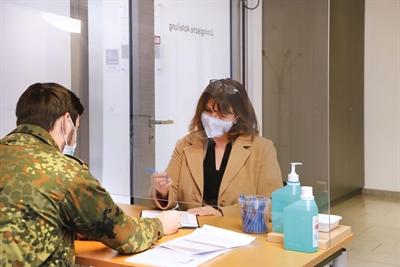 ©  - Vor dem Betreten des Krankenhauses werden alle Patienten und Besucher befragt. Bei dieser Aufgabe und in anderen Tätigkeiten wird das St. Antonius-Hospital Gronau derzeit von Soldaten der Bundeswehr unterstützt.