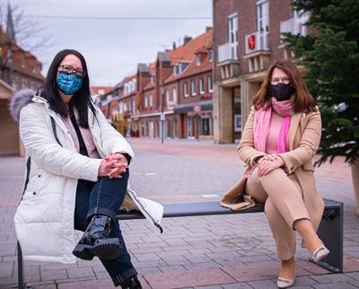 ©  - v.l.n.r. neue Wirtschaftsförderin Katrin Damme und Bürgermeisterin Karola Voß (mit Maske)