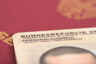 © shutterstock (Animaflora PicsStock) - Reisepass Personalausweis