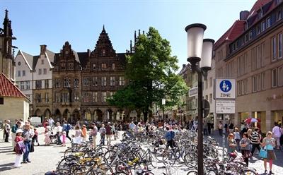 Fußgänger Lambertikirchplatz
