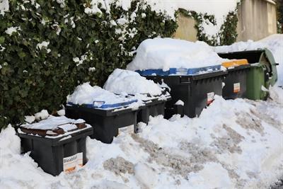Abfalltonnen im Schnee