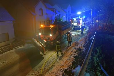 © Feuerwehr Hemer - Ein Räumfahrzeug von Straßen NRW streut Salz auf die vereisten Straßen.