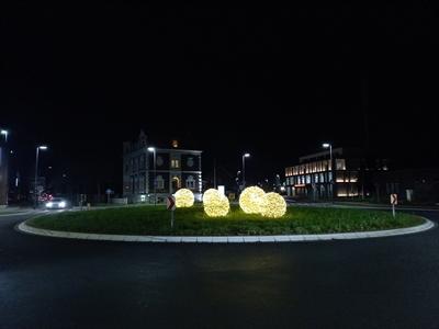 © Stadt Borken - Leuchtkugeln und Blumen sollen den den Kreisverkehr an der Heidener Straße verchönern
