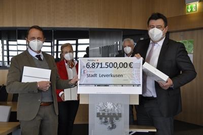 ©  - Ein Scheck über 6.871.500 Euro für die Digitalisierung an Schulen