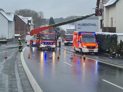 © Feuerwehr Hemer - Der Patient musste über die Drehleiter aus seiner Wohnung transportiert werden.
