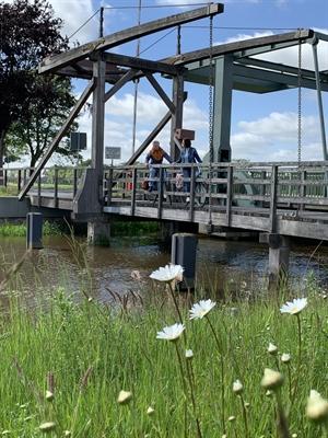 © Ostfriesland Tourismus GmbH/ostfriesland.travel - Fahrradfahrer auf einer Klappbrücke