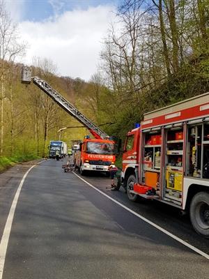 © Feuerwehr Hemer / Stock - Die Feuerwehr entfernt einen Ast im Hönnetal