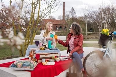 ©  - Picknicken vor Industriekulisse – das geht im kubaai Quartier in Bocholt. Foto: Münsterland e.V./Romana Dombrowski